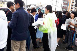 愛媛大学の入学式配本風景